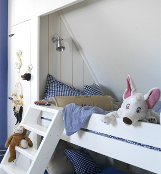 Kinderkamer inspiratie de schuine wand moonoloog for Bed in muur