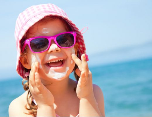 kind met zonnebrand op het gezicht