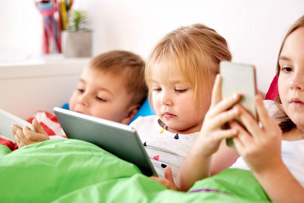 kinderen kijken kinderfilmpjes op tablet en telefoon