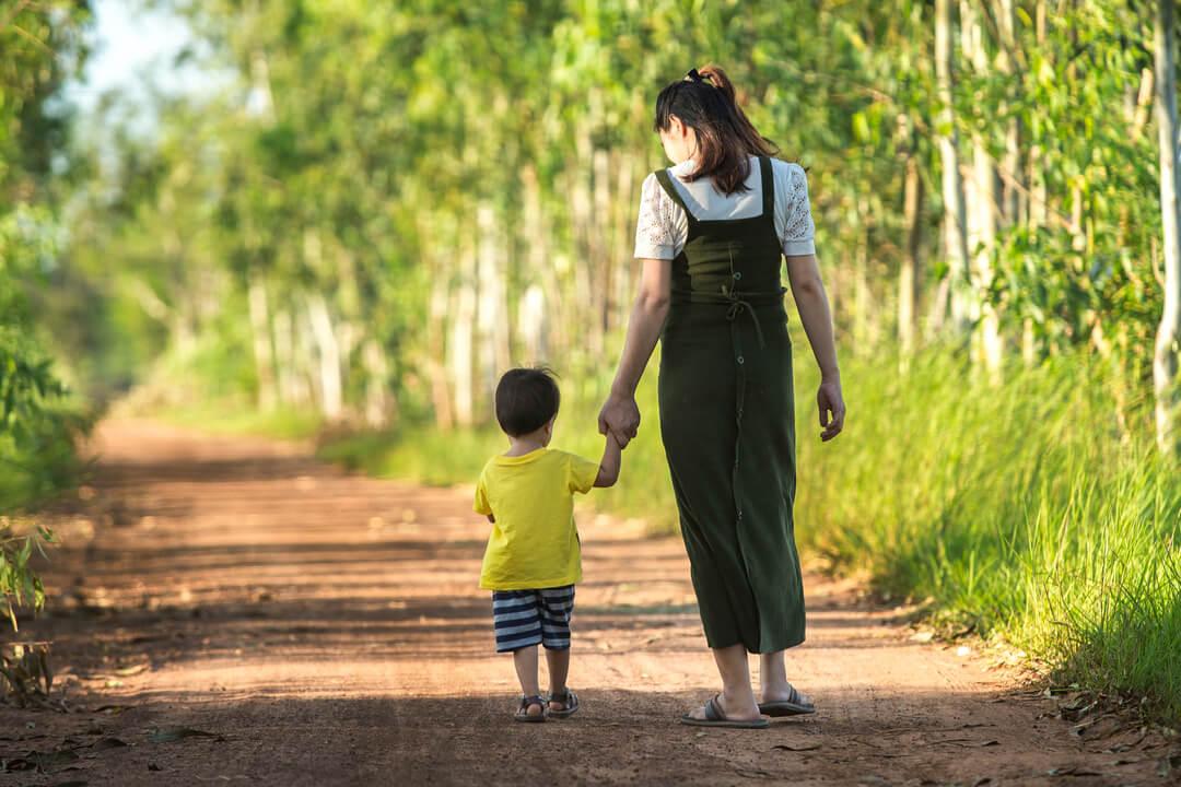 moeder en zoon hand in hand