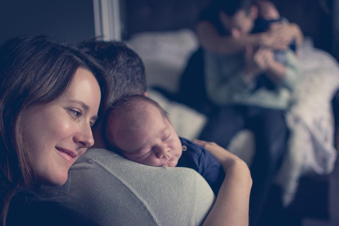 newborn baby met vader en moeder