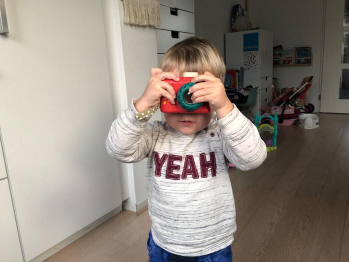 peuter speelt met speelgoedcamera