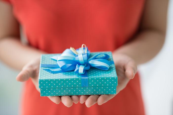 vrouw met cadeautje