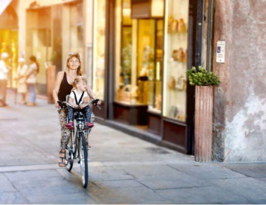 met kinderen op een elektrische fiets