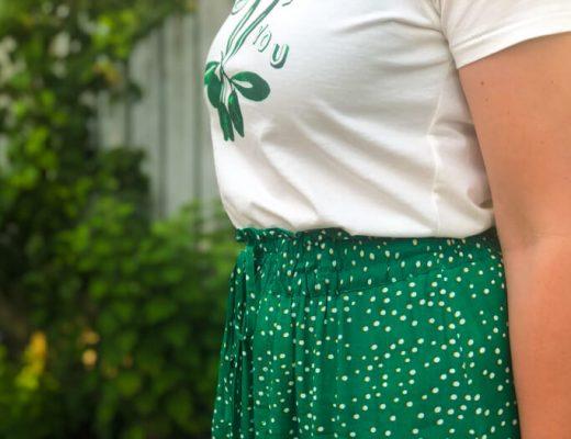 outfit groene midirok en t-shirt