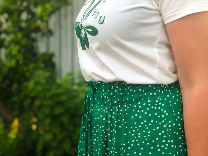 groene midirok en t-shirt